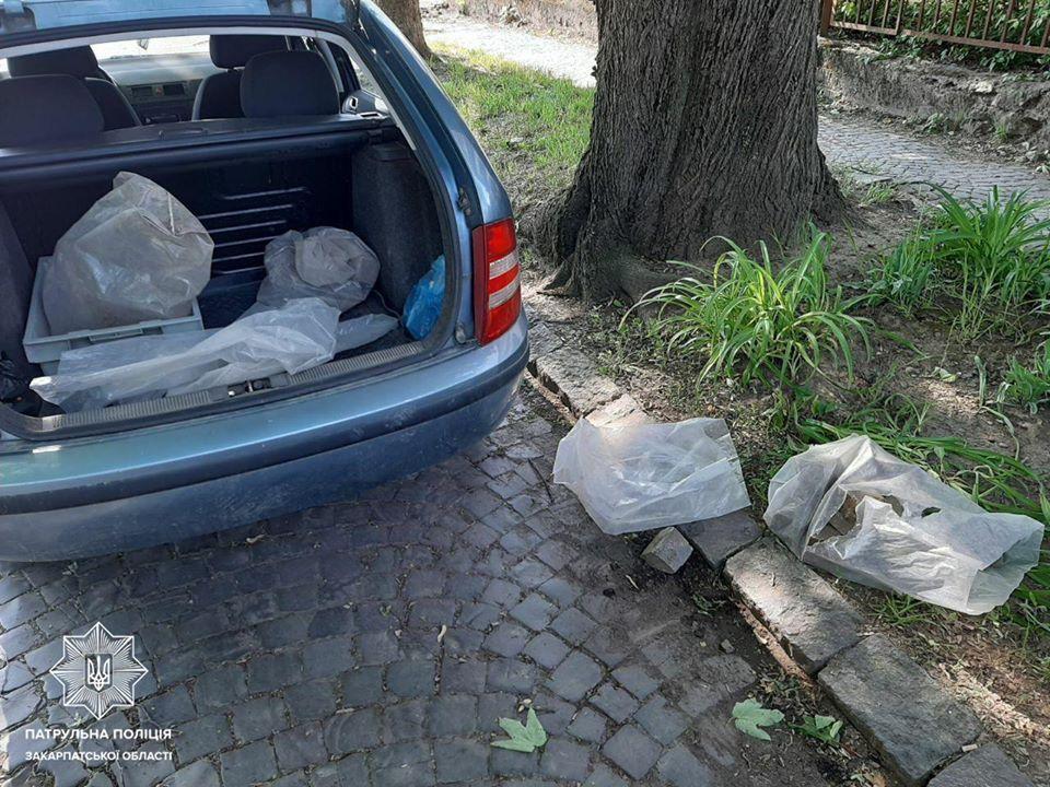Ужгородські патрульні виявили чоловіка, який, ймовірно, намагався привласнити бруківку з місця проведення ремонтних робіт.