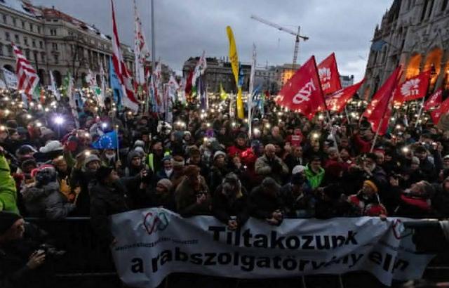 ВУгорщині тисячі людей вийшли наакцію протесту проти «рабської праці»