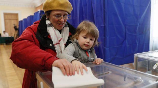 За Володимира Зеленського найбільше голосувала молодь, за Юлію Тимошенко - жінки, а Олега Ляшка найкраще підтримували в селах.