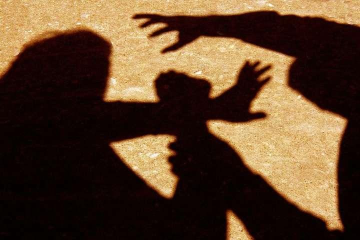 Ужгородською прокуратурою затверджено та скеровано до суду обвинувальний акт стосовно 19-річного юнака, який у червні 2019 року напав на ужгородця забравши від нього гроші та мобільний телефон.