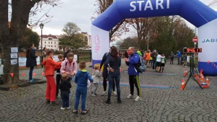 На учасників забігу чекають кілька дистанцій, напівмарафонська естафета, а також дитячі забіги для наймолодших.