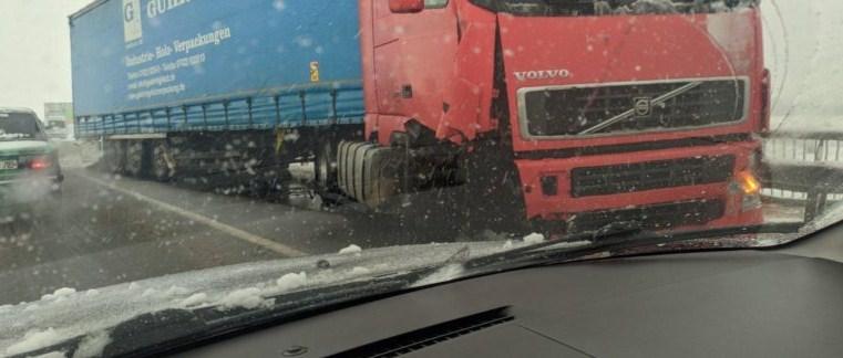 Через погодні умови у Мукачеві грузова автівка невпоралася з керуванням.