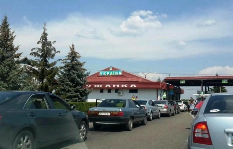 Як повідомили у прес-службі Мукачівського прикордонного загону контрольно-пропускний пункт працює без перебоїв.