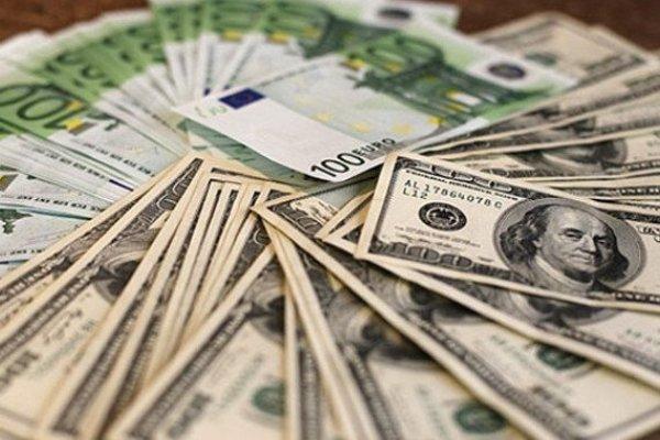 Курс долара на міжбанку в продажу зріс на п'ять копійок - до 27,15 грн/дол, курс у купівлі піднявся також на п'ять копійок - до 27,11 грн/дол.
