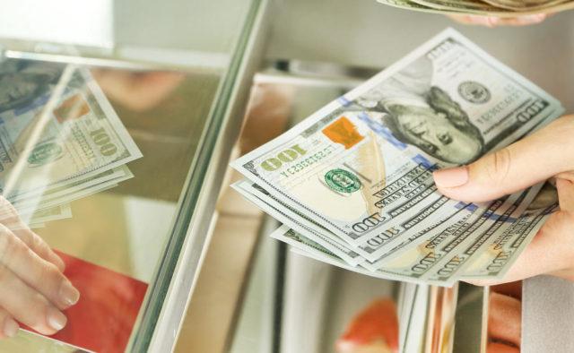 У порівнянні з курсом попереднього дня американська валюта подешевшала на 26 копійок, а євро - на 25.