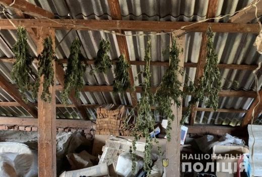 Під час обшуку будинку поліція вилучила майже кілограм наркотиків рослинного походження.