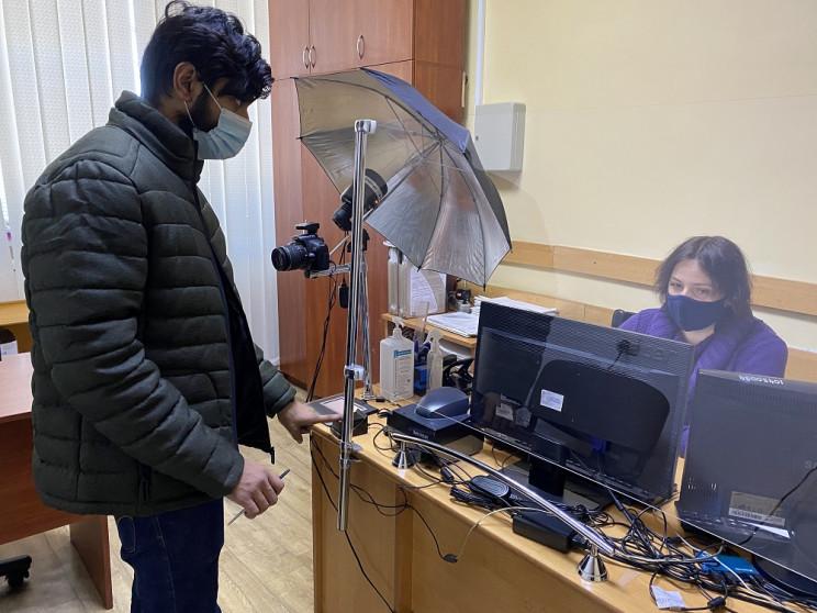 Першокурсники, які приїхали на навчання до Ужгорода з інших країн, отримують документи у Міграційній службі Закарпаття