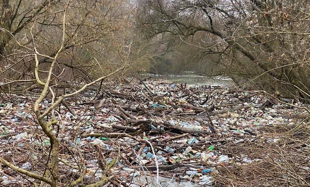 Остров мусора образовался на Латынке возле села Винково. В настоящее время из-за высокого уровня воды ликвидировать заторы невозможно.