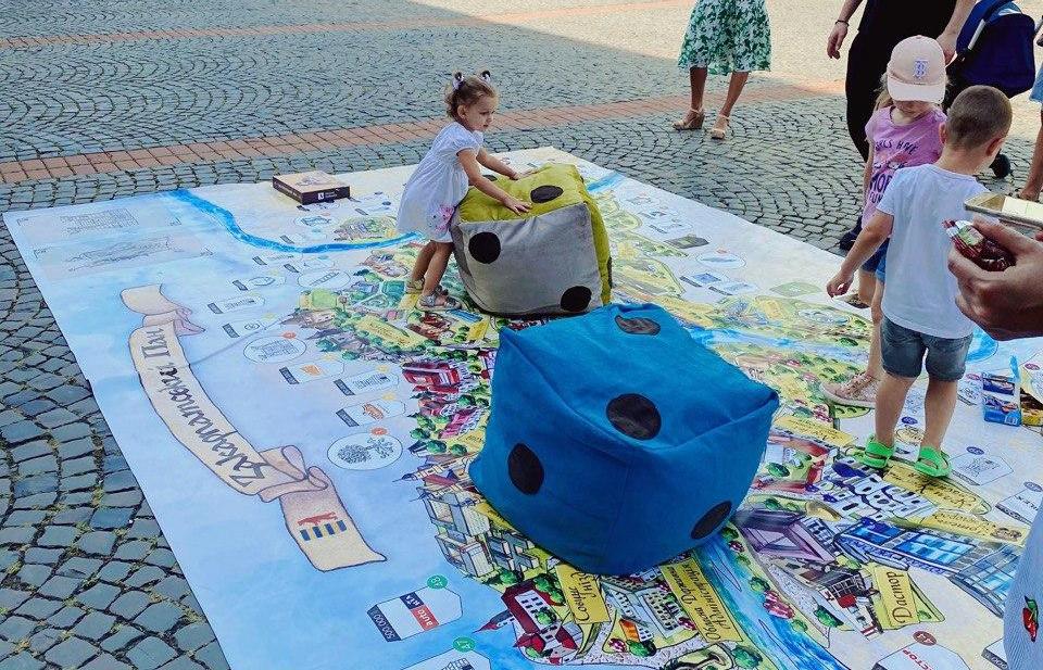 В центрі Мукачева розробники гри розклали велику карту Закарпаття з м'якими гральними кубиками.