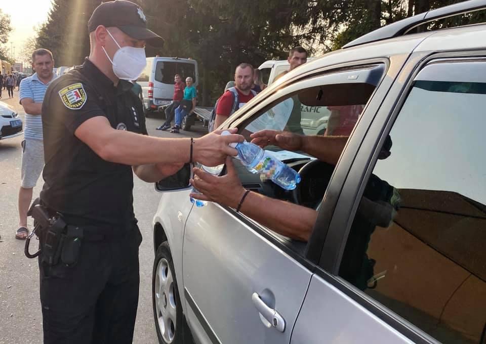 Закарпатські поліцейські розгорнули пункт видачі води поблизу кордону, де утворилися кілометрові затори.