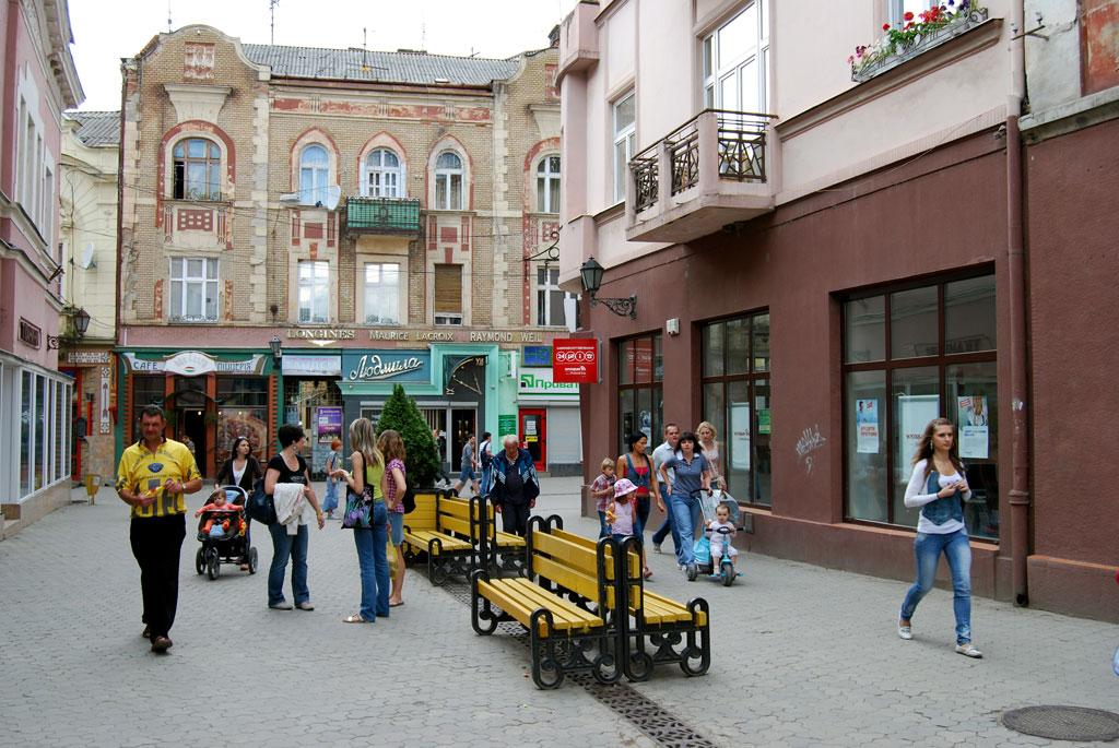 Соцмережі: в Ужгороді малолітній ром погрожував офіціантці ножем