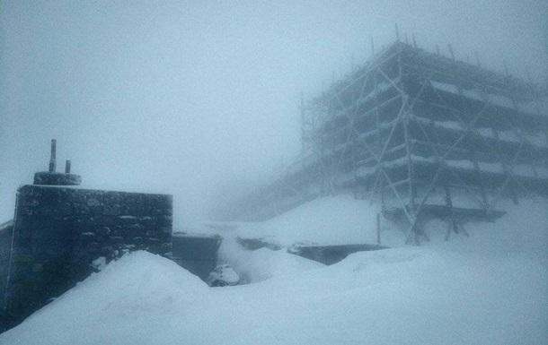 У ніч на 2 квітня в українських Карпатах випав сніг. Температура повітря становила один градус морозу.