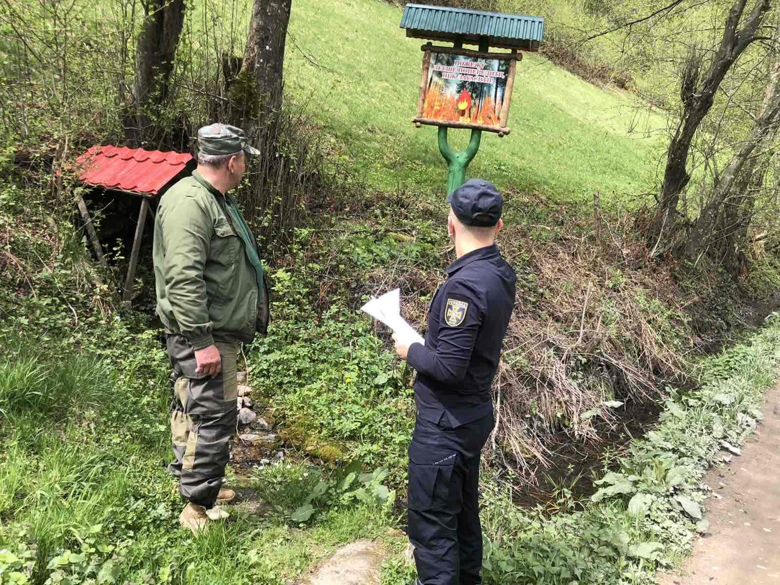 Рятувальники спільно з представниками об'єднаних територіальних громад та лісниками продовжують інспектувати населені пункти, що межують з лісовими масивами на предмет належного протипожежного захисту