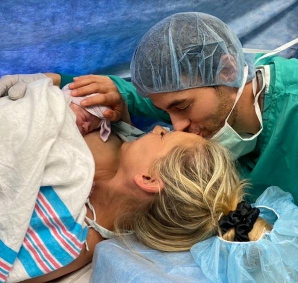 Російська тенісистка і фотомодель Анна Курнікова та іспанський співак Енріке Іглесіас показали перші фото новонародженої дитини.