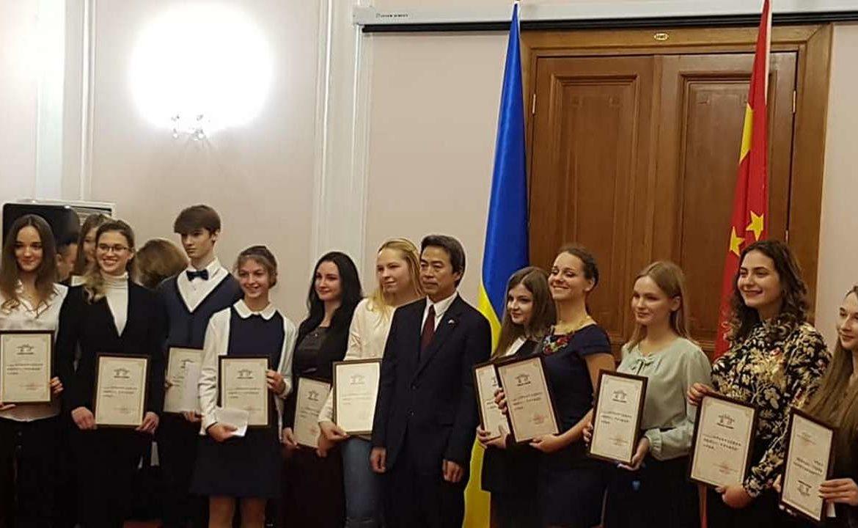 Були відзначені 20 найкращих вчителів китайської мови з університетів, інститутів, шкіл; 12 студентів і учнів шкіл.