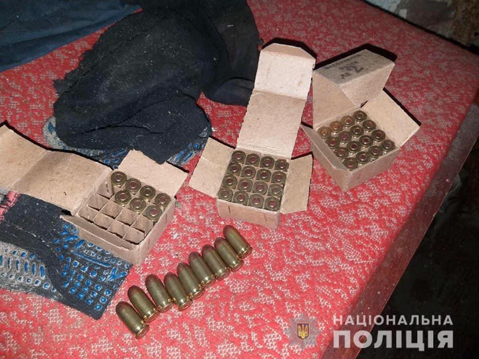 Працівники Берегівського  відділу  поліції задокументували факт незаконного поводження з боєприпасами. Знайдені набої   направили на експертизу.
