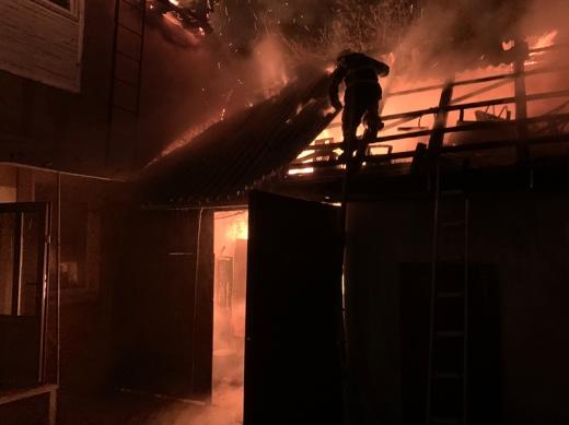 Як з'ясувалося, пожежа виникла в літній кухні й внаслідок щільної забудови полум'я перекинулося на двоповерховий житловий будинок.