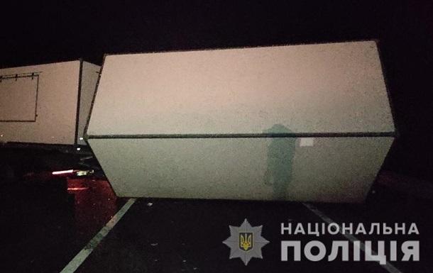Інцидент стався в Золочівському районі. Легковий автомобіль виїхав на зустрічну смугу і зіткнувся там з мікроавтобусом.