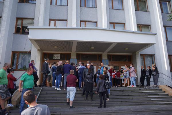 15 липня регіональна комісія ТЕБ та НС Закарпатської області заборонила діяльність ринків на Тячівщині через велику кількість хворих на Ковід-19.