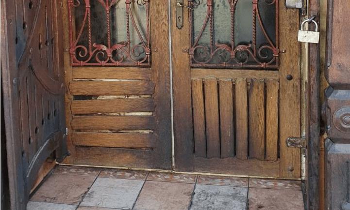 У центральній частині Мукачева, а саме на вулиці Духновича, нещодавно спалахнула пожежа. Серед ночі там загорілись вхідні двері одного з місцевих кафе.