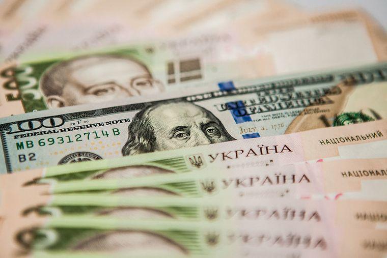 НБУ послабив національну валюту на кілька копійок відносно долара і євро. На міжбанку долар також подорожчав, і лише євро скинув за раз 12 копійок.