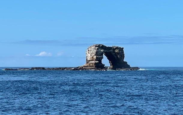 Природне скельне утворення, розташоване біля архіпелагу островів у Тихому океані, впало через ерозію.