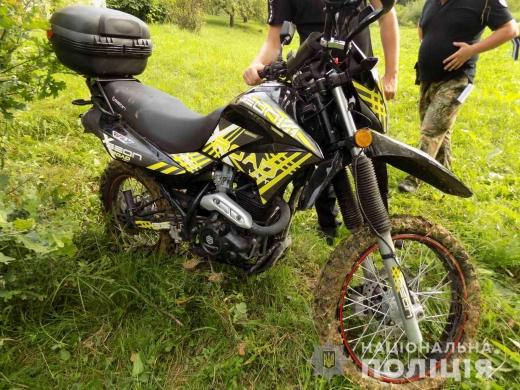 Трое жителей Хустского района незаконно завладели мотоциклом, который был припаркован неподалеку коттеджных домиков в селе Шаян.