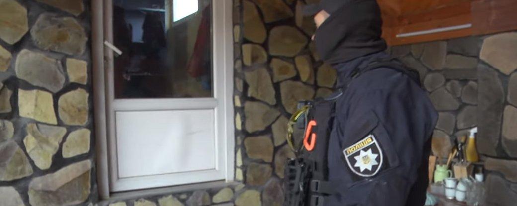 П'ятьох жителів Закарпаття затримали через підозру у шахрайстві та створенні злочинної організації.