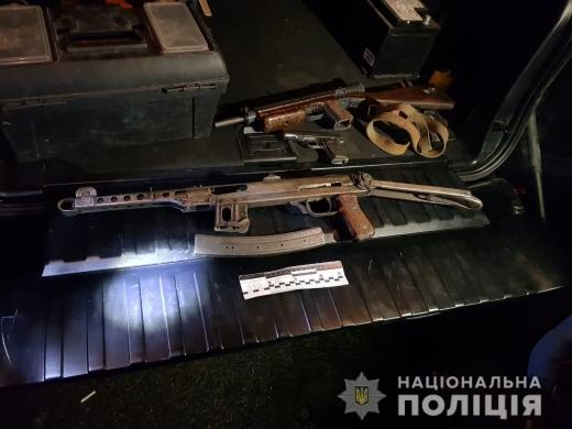 У селі Вонігово Тячівського району поліцейські зупинили позашляховик, у якому при огляді виявили зброю. Речові докази вилучили, а за фактом злочину розпочали слідство.
