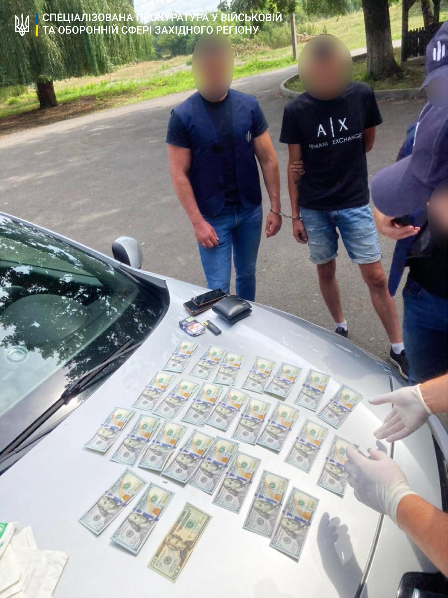 2520 $ хабаря за незаконне переміщення контрабанди цигарок – затримано прикордонника зі Закарпаття.