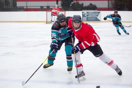 Бурхливі емоції та насичена хокейна гра вирувала сьогодні на льодовій арені Ice land в Ужгороді.