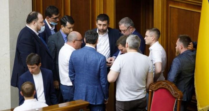 Команда Зеленського готує перестановки в Кабміні. Кількох міністрів можуть відправляьть у відставку.