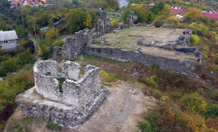Це руїни Невицького, Угочанського, Середнянського, Квасівського та Королевського замків, що мають статус пам'яток архітектури.