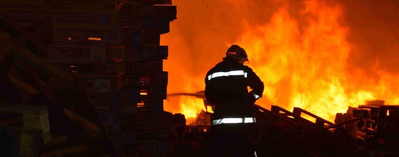 Обидві пожежі стались пізно ввечері.
