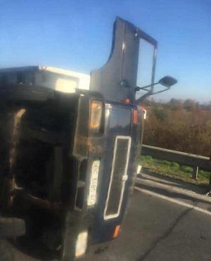 На трасі Київ - Чоп сталася ДТП: вантажівка перекинулася посеред дороги