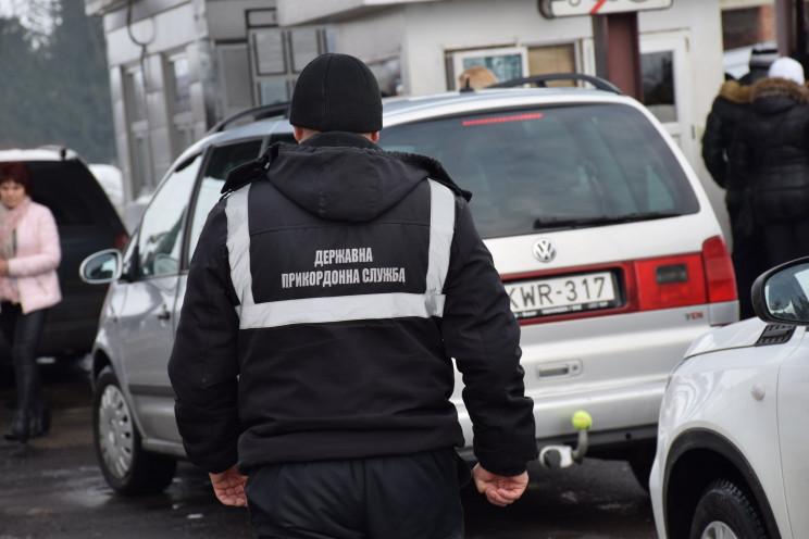 За шахрайство чоловік розшукується правоохоронцями Азербайджану.