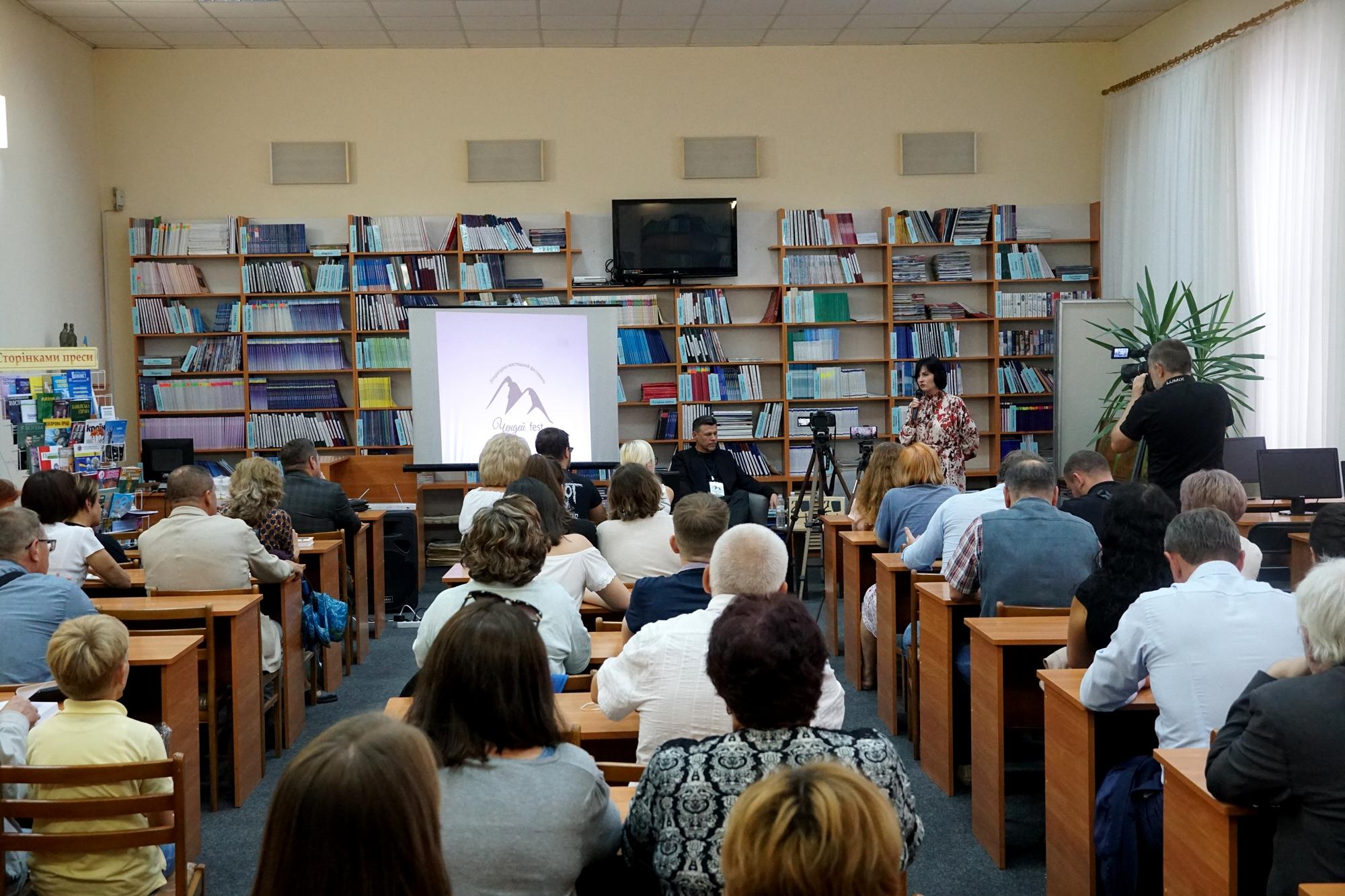 У читальному залі Закарпатської обласної універсальної наукової бібліотеки імені Федора Потушняка розпочався третій, уже традиційний, Всеукраїнський культурно-мистецький фестиваль «ЧЕНДЕЙФЕСТ-2021».