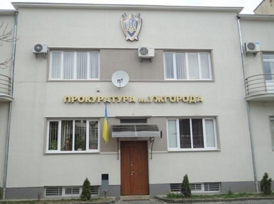 Прокурором Ужгородської прокуратури погоджено підозру 32-річному містянину, якого напередодні затримали за грабіж та насильство щодо правоохоронця   (ч.2 ст.186 КК України, ч.1, 2 ст. 345 КК України).