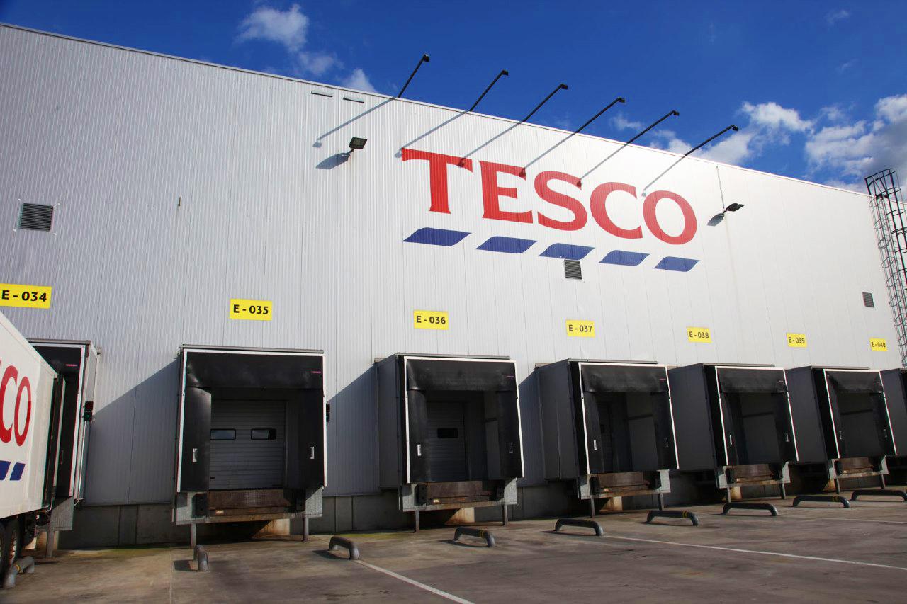 Мережа супермаркетів Tesco, яка є добре відомою за кордоном, проклала собі дорогу вже й в Україну, постійно розширюється і потребує нових працівників до Чехії.