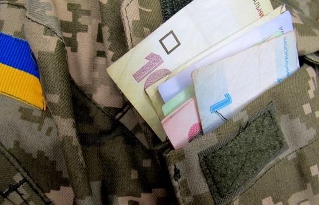 Уряд збільшить пенсії військовим. Відтак, майже 400 тисяч військовослужбовців-пенсіонерів отримають доплату в сумі 2 000 гривень.