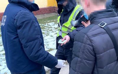 Слідчі ТУ ДБР у місті Львові 1 лютого 2021 року повідомили про підозру 20-річному дільничному офіцеру поліції та 28-річному оперуповноваженому одного з відділів поліції Закарпатської області.