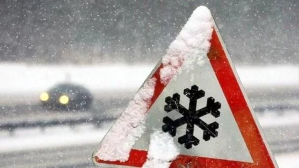 На Закарпатті дороги перетворились на скло: водіям радять бути обережними