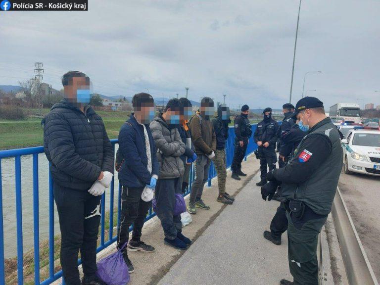 З вантажівки на українських номерах, у місті Кошиці у Словаччині, вчора 19 квітня вискочило 6 мігрантів з Афганістану.