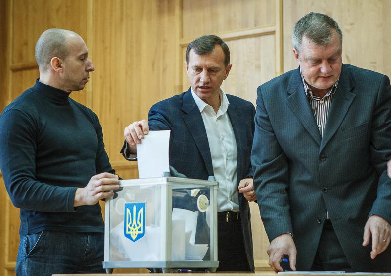 Обрання Богдана Андріїва на посаду секретаря, а заразом і в.о. голови міської ради, не обійшлося без грошового стимулювання.