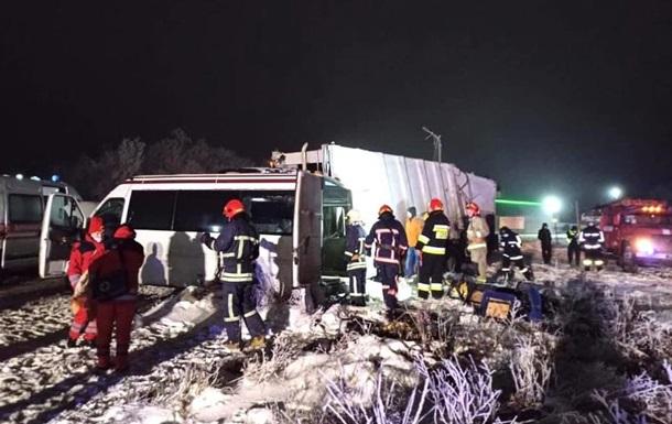 У результаті ДТП загинули двоє пасажирів мікроавтобуса, ще тринадцять пасажирів госпіталізовані.