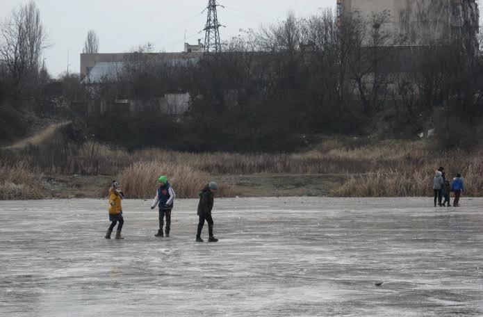 """Результат пошуку зображень за запитом """"діти на замерзлому озері"""""""