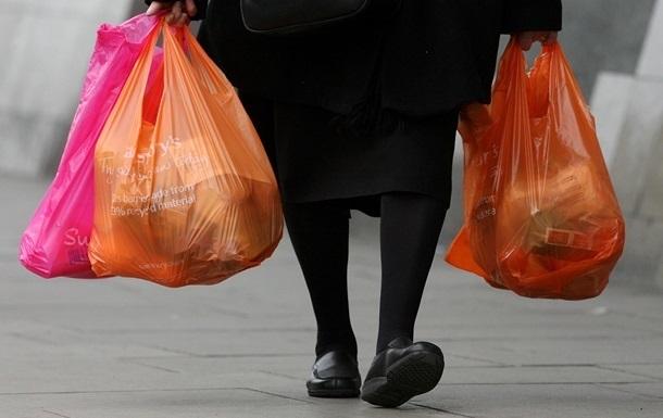 За поширення пластикових пакетів передбачений штраф від 1700 до 3400 гривень. Повторне порушення буде штрафуватися в розмірі від 3400 до 8500 гривень.