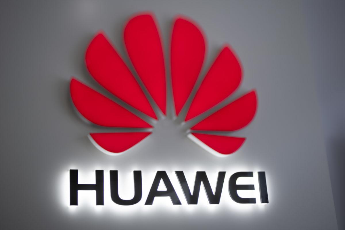 Huawei вже пішла цим шляхом і в середині травня оголосила про перевидання смартфона P30 Pro.