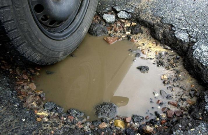 На Виноградівщині люди вийшли на протест: вимагають ремонту асфальту на дорозі