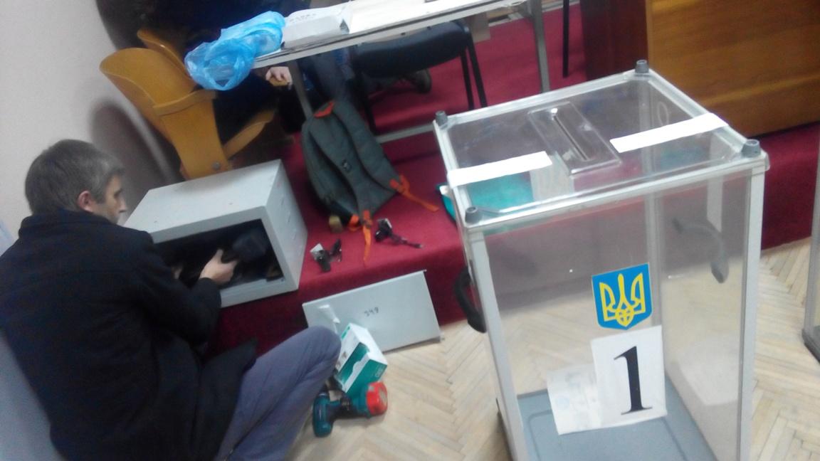 На одній із виборчих дільниць Полянської об'єднаної громади відеокамери встановлювали прямо під час ранкового засідання – роботи почали о 07:42.